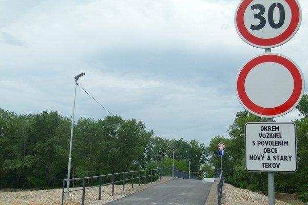 O obmedzeniach prejazdu po novom moste medzi Starým a Novým Tekovom informuje dopravné značenie.