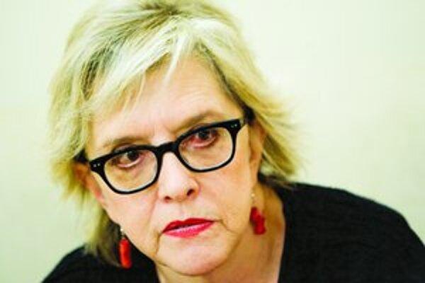 Narodila sa v roku 1949 v chorvátskej Rijeke. Po štúdiu literatúry a sociológie sa zamestnala ako novinárka. Svoje zážitky z haagskych procesov opísala v knihe Ani muche by neublížili (2005). Píše aj romány, naposledy Fridina posteľ (2008). O Balkáne publ
