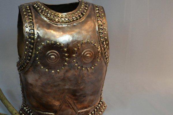 Repliku bronzového panciera vyrobil budúci kováč Dano Klucha. Bojovník z Čaky podobný pancier nosil pred 3300 rokmi.