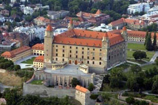 Pôvodne sa mal hrad zrekonštruovať za miliardu korún. Ficova vláda si to však rozmyslela, firme podnikateľa Širokého dá o 2,5 miliardy viac.