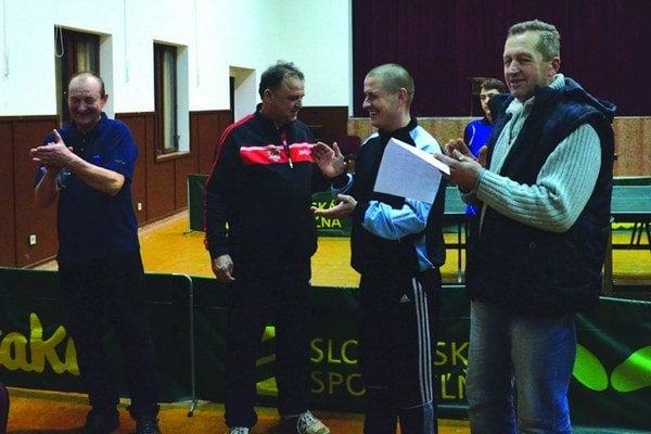 Vyhlasovanie výsledkov a odovzdávanie cien na štvrtom ročníku neregistrovaných hráčov. Zľava: M. Petrek (2. miesto), Jozef Gálus (starosta obce), Alexander Varga (1. miesto), J. Čerba (riaditeľ turnaja a člen výboru).