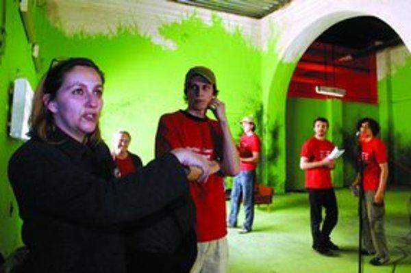Jedným z projektov, ktoré stihli uviesť počas krátkej existencie kultúrneho centra Kasárne v Košiciach, bolo multimediálne predstavenie na motívy rozprávky o Červenej čiapočke. Pripravilo ho Divadlo na Peróne s lyonskou skupinou Lá Hors De .