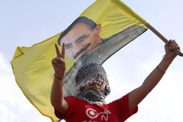 Bývalý vodca zakázanej Kurdskej strany pracujúcich Abdullah Öcalan je síce vo väzení, Kurdi ho však stále považujú za hrdinu. Turecká vláda sa snaží získať podporu najväčšej menšiny rôzne. Naposledy kurdskou televíziou.