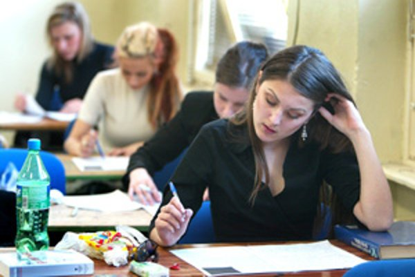 Maturanti z roka na rok končia štúdium inak. Na školy sa vracajú rovnaké otázky pre všetkých.