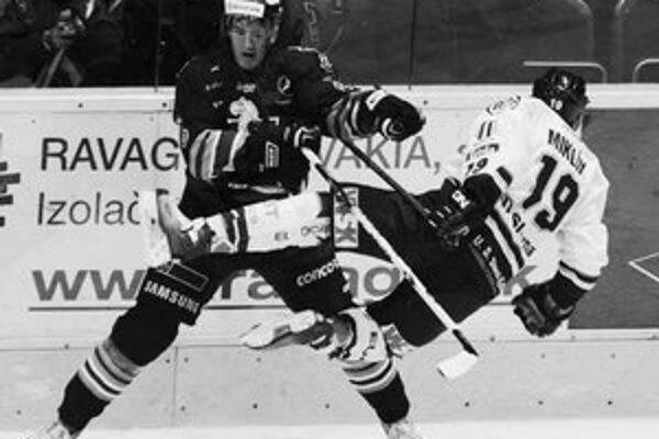 Hokejista Slovana Bohunický (vľavo) v súboji s Košičanom Miklíkom. Slovan doma vyhral v šlágri kola nad Košicami 3:2.