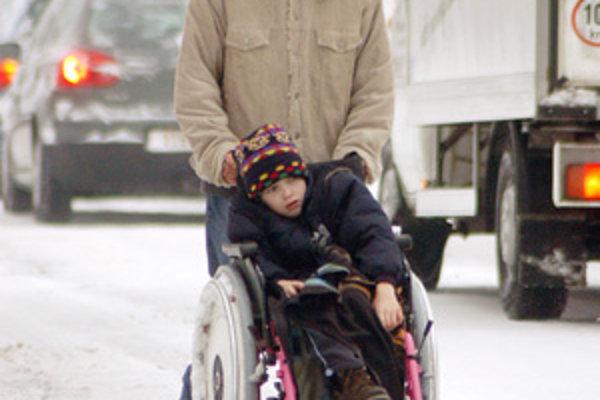 Niektorí opatrovníci ťažko zdravotne postihnutých si pred Vianocami našli nemilú poštu. Jeden mesiac musia výjsť bez príspevku.