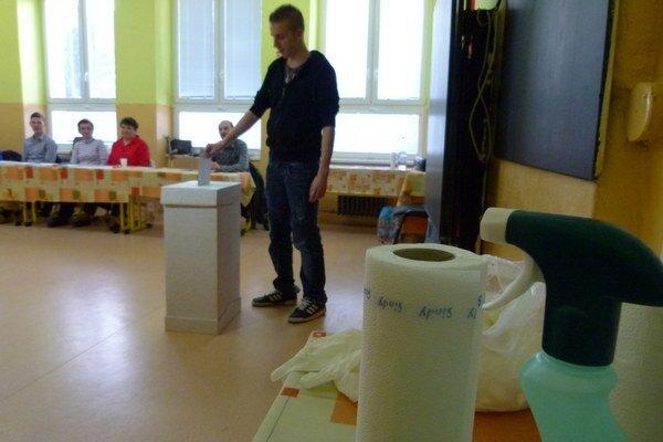 Vo volebnej miestnosti sú k dispozícii jednorazové rukavice a dezinfekčné prostriedky.