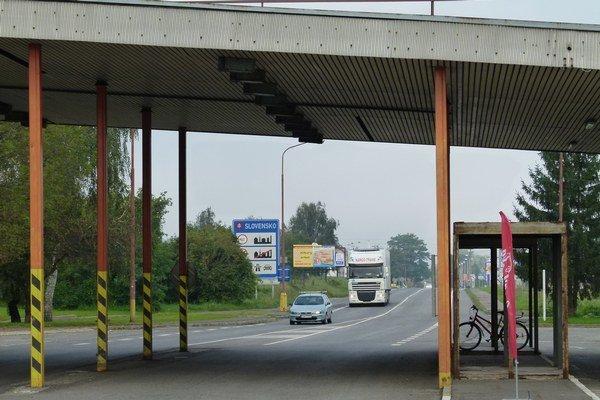Hraničným priechodom v Šahách prejdú denne stovky nákladných áut.