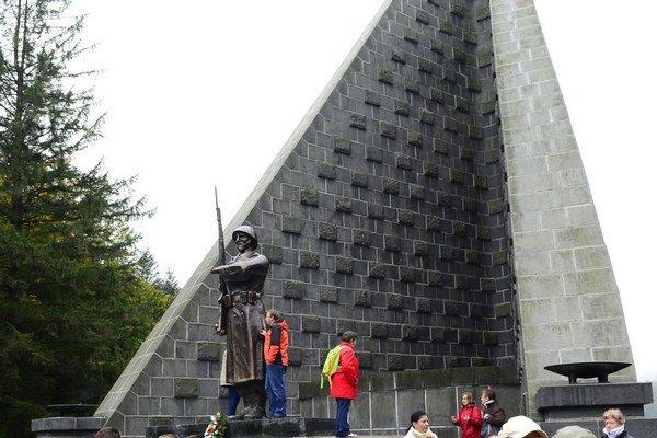 Vojaka na Dukle vyhotovil sochár pochádzajúci z Rybníka.