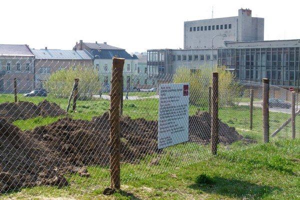 Minulý týždeň pribudli na trávniku za DK Družba jamy na základy, oplotenie a aj tabuľa.