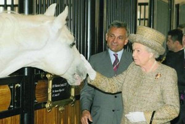 Britská kráľovná Alžbeta II. včera pokračovala v návšteve Slovinska, dnes prichádza na Slovensko.