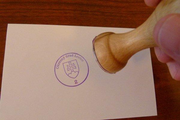 Pre nový okresný úrad bolo potrebné vybaviť pečiatky aj tabule.