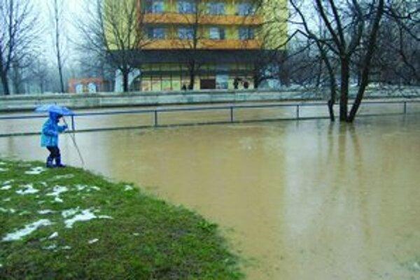 Na Podlužianke v Leviciach je vyhlásený tretí stupeň povodňovej aktivity. V meste sa voda vyliala z koryta.