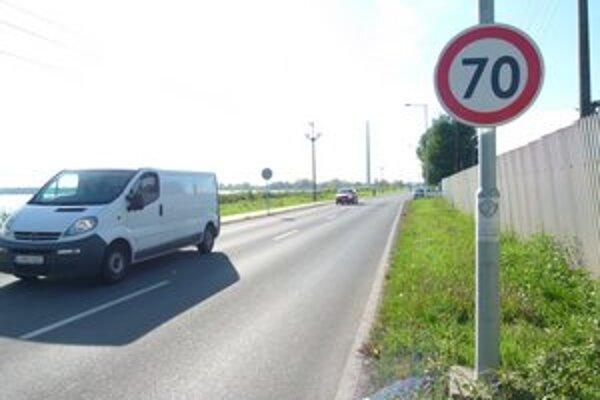 Jednou z ciest, kde je rýchlosť zvýšená z päťdesiatky na sedemdesiatku, je aj Mochovská ulica v Leviciach.