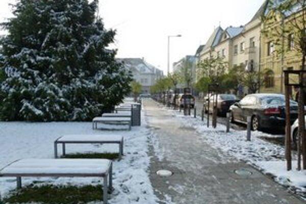 Sneženie a teploty pod bodom mrazu urobili z chodníkov a ciest klzisko.