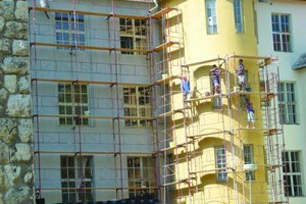 Vyše storočná budova Pedagogickej a sociálnej akadémie v Leviciach prechádza rozsiahlou rekonštrukciou.