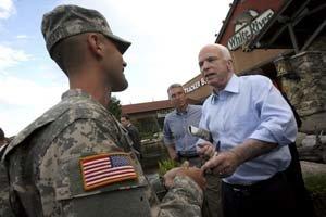 John McCain si s armádou rozumie. Na čiapke nosí nápis Námorníctvo, navštevuje vojenské základne aj veteránov.