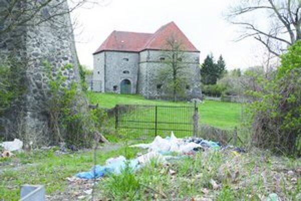 Smeti pod hradom upratali, na druhý deň tam bol ďalší odpad.