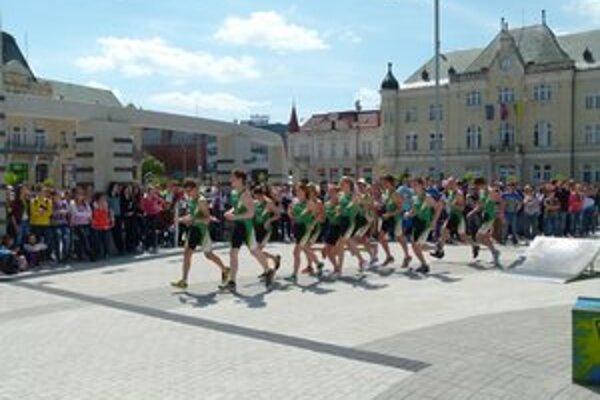 Pochodeň s olympijským ohňom niesli športovci ŠK Atóm Levice.