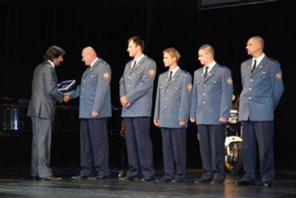 Minister vnútra R. Kaliňák ocenil piatich levických hasičov, vrátane riaditeľa Branislava Štefanického (vpravo).