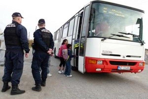 Z Ladislavovho Dvora kúsok od Levíc odchádza každé ráno autobus, v ktorom školákov musí sprevádzať mestská polícia.