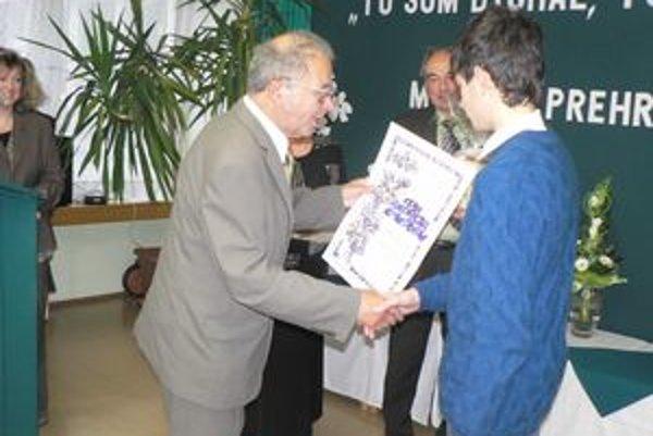 Absolútnemu víťazovi literárnej súťaže Cena A. Chudobu, Denisovi Falatovi zo Starého Tekova, zablahoželal aj sám spisovateľ Andrej Chudoba.