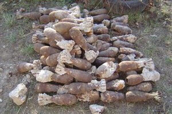 Z chodníka pyrotechnici vybrali až 97 delostreleckých mín.