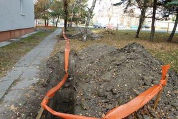 Ulice v Leviciach sú rozkopané. Do polovice decembra majú byť v zemi uložené optické káble.