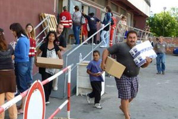 Prevziať si múku a cestoviny prišli v prvý deň distribúcie stovky Levičanov a obyvateľov mestských častí.
