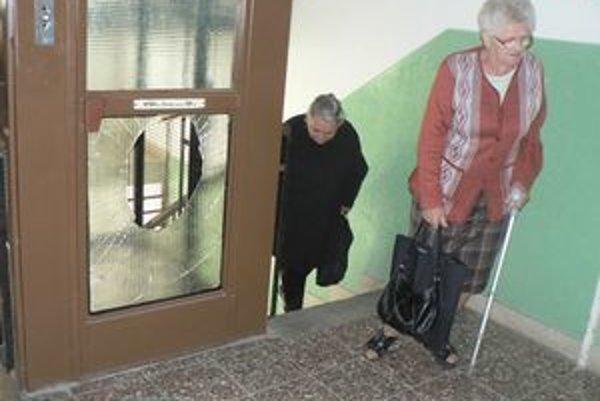 Sklenené výplne výťahu vandali zdemolovali na každom poschodí. Obyvatelia bytovky vynášali nákupy pešo.