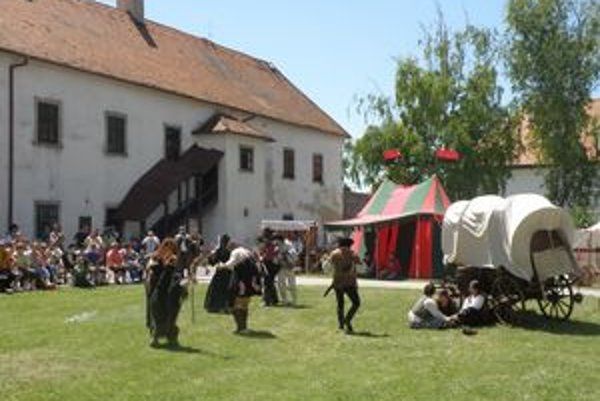 Ukážkou pásma historických bojov zaujali návštevníkov hradných slávností v Leviciach viaceré skupiny historického šermu a umenia