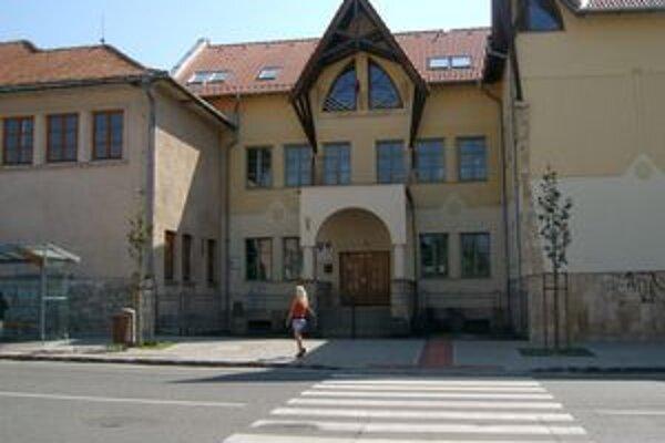 Budova Gymnázia J. A. Komenského s VJM v Želiezovciach je prázdna. Školský rok pravdepodobne začnú v iných priestoroch.