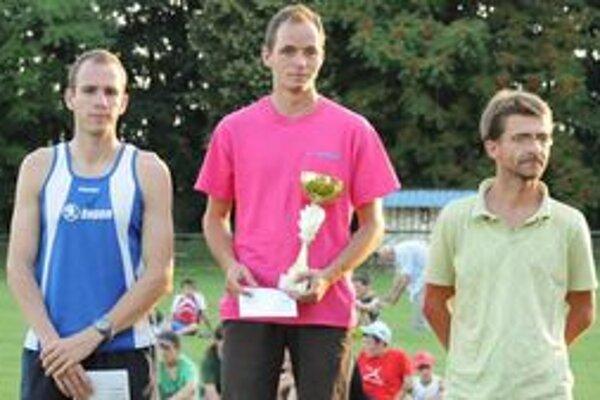 V strede víťaz behu Milan Švec, ktorý získal Putovný pohár starostu Malženíc.