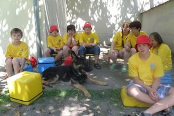 Medzi deti s Downovým syndrómom v letnom tábore Slniečko prišli aj kynológovia z Levíc so  záchranným psom.