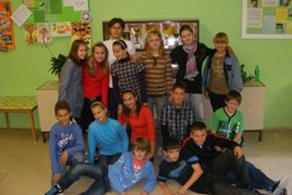 Spoločná fotografia Viery Kováčikovej s jej športovou triedou.