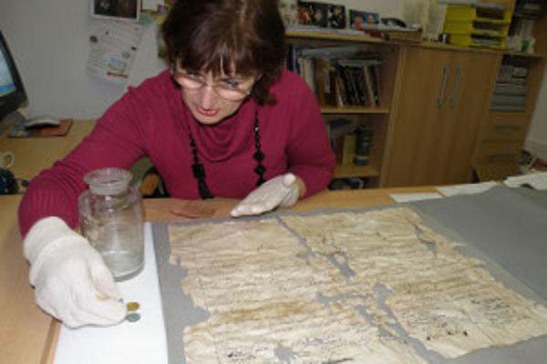 Múzejníčka Margaréta Pölhösová s unikátnym objavom.