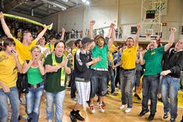 Naradostení fanúšikovia sa po poslednom hvizde tešili na palubovke spolu s hráčmi.