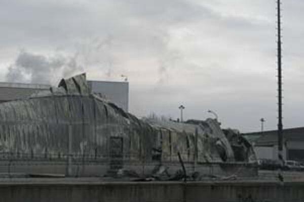 Požiar papierní v Žiline bolo vidieť na vzdialenosť niekoľkých kilometrov, plamene šľahali do výšky desiatok metrov. Zhoreli dva sklady, v ktorých bolo uložených 17 tisíc paliet toaletného papiera.
