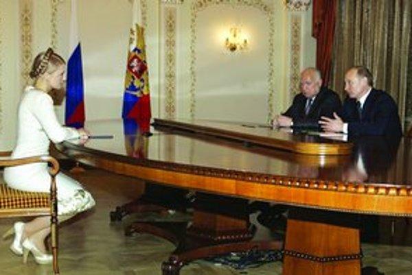 Zľava ukrajinská premiérka Julia Tymošenková, ruský veľvyslanec na Ukrajine Viktor Černomyrdin a ruský prezident Vladimir Putin sa budú dodávkami plynu pre Európu a jeho tranzitom zaoberať aj na marcovej konferencii v Berlíne.