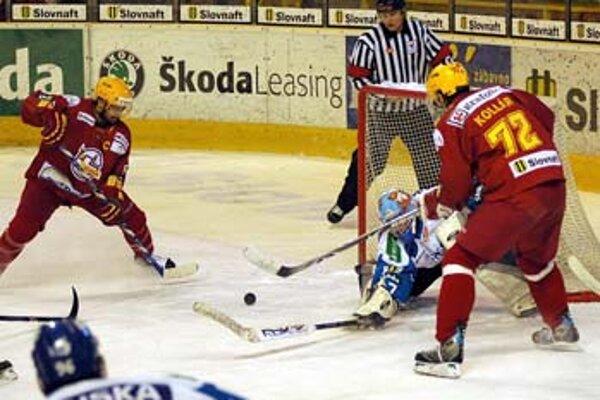 Trenčianski útočníci Ján Pardavý (vľavo) s Andrejom Kollárom ohrozujú brankára Martina Vlastimila Lakosila. Vo štvrtom zápase štvrťfinále play off Dukla vyhrala nad Martinom 3:2, séria sa vracia do Martina.