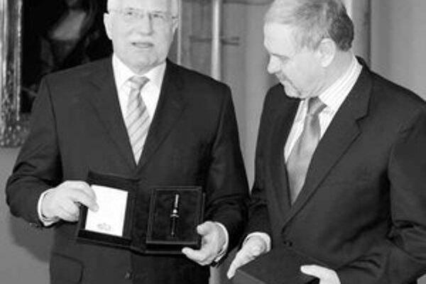 Klaus pero, ktorým podpíše prezidentský sľub, riadne zdaní. Jeho výrobca sa cez prezidenta vracia do povedomia Čechov.