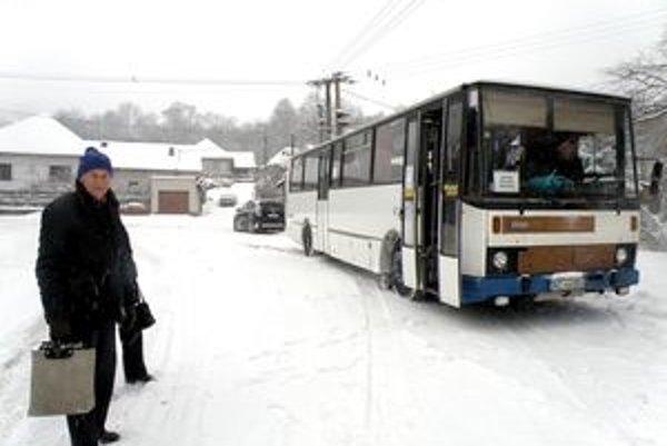 V zime autobus do Uhlísk nezachádza. Ľudia sa musia štverať do kopca viac ako kilometer.