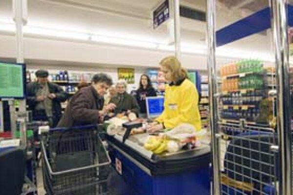 Po zavedení eura si dôchodcovia musia zvyknúť na nové bankovky, cenovky v obchodoch, možné je aj isté zdražovanie. Vláda plánuje na prípadné zvyšovanie cien zaviesť kontrolu.