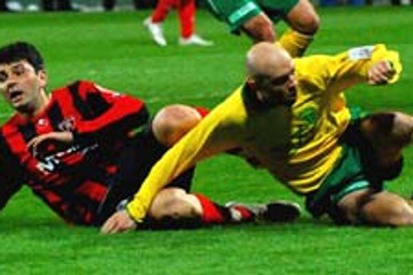 Futbal Žilina – Trnava (2:1) bol na trávniku v zásade čistý. V súboji domáci Vladimír Leitner (vpravo) s Borivojom Filipovičom.