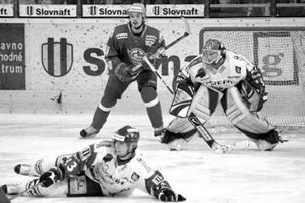 Moment zo šiesteho zápasu Trenčín - Martin 4:3. Útočník hostí Ivan Kolžváry sa vrhá na ľad, pred ním je útočník Dukly Viliam Čacho a brankár Michal Dzubina.