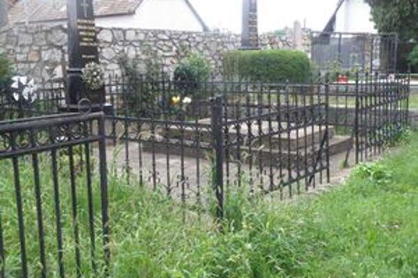 V polovici augusta zmizli zo šahanského cintorína dve desiatky bránok.