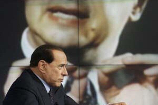 Berlusconimu (vpredu) dýcha na krk Veltroni (vzadu).