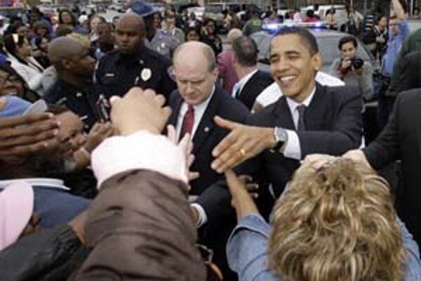 Kandidát na prezidenta Obama sa víta s priaznivcami.