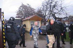 Po hodine umožnila polícia neonacistom po skupinách odísť.