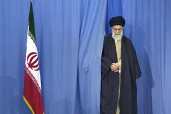 Ajatolláh Chameneí má moc, ako aj iránske voľby, pod kontrolou.